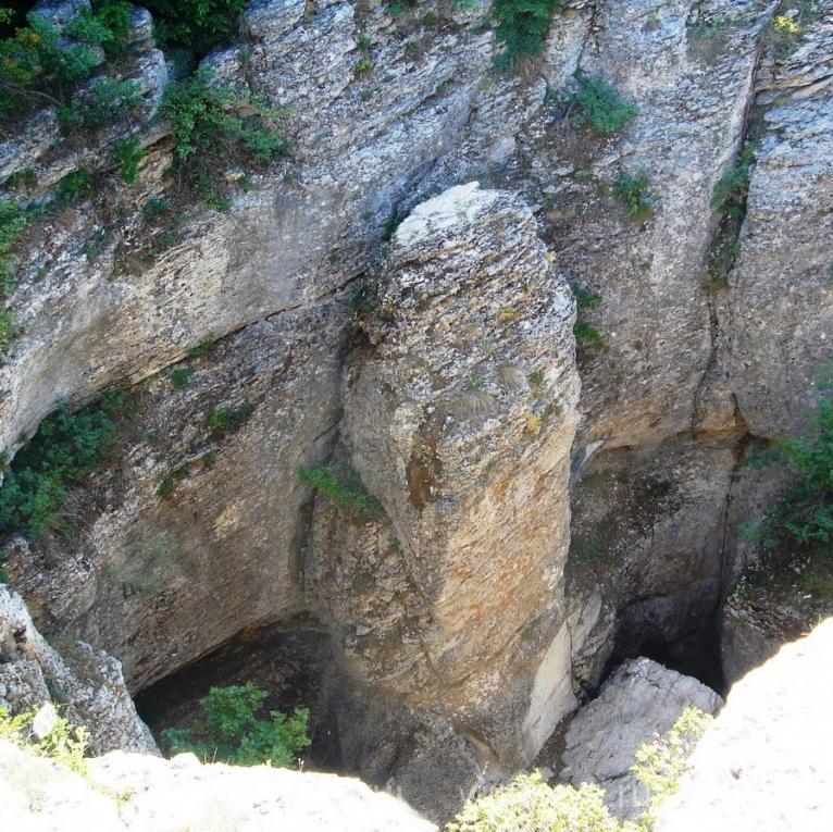 Карстовые пещеры Ай-Петринской яйлы, Алупка