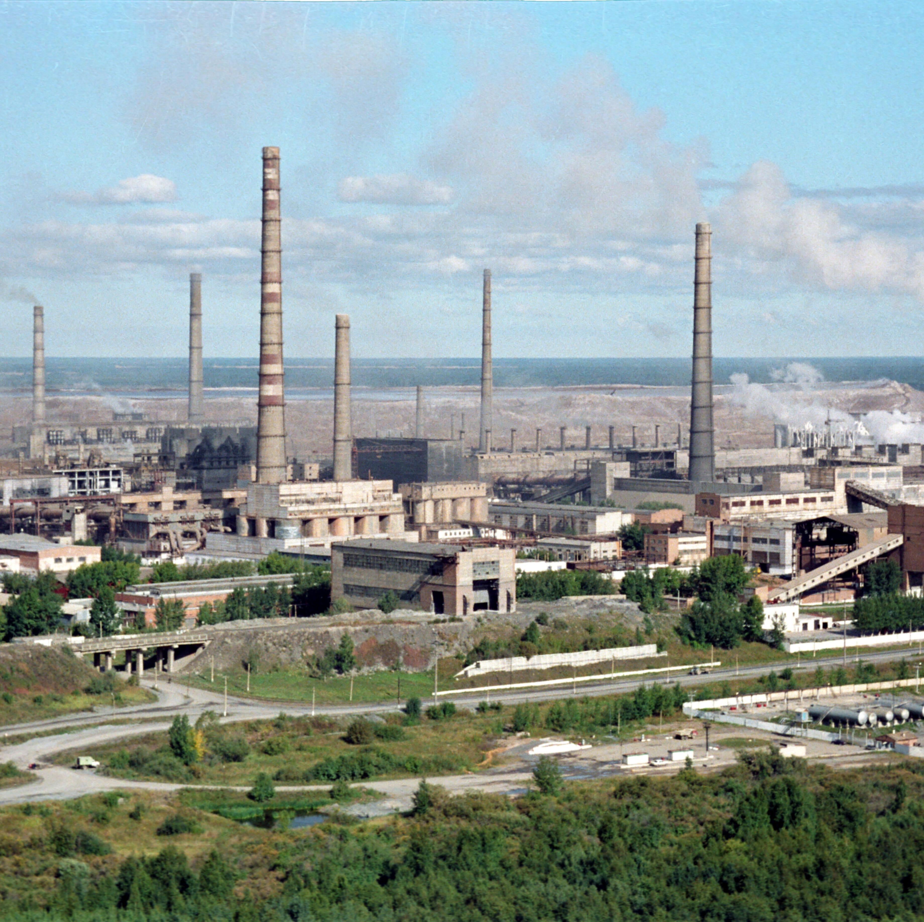 Панорама отвалов и труб ачинского глиноземного комбината, Ачинск