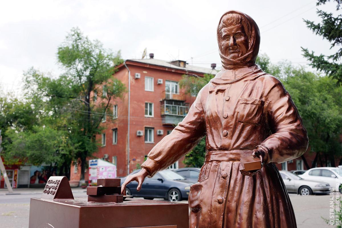 Памятник Снегурочке - продавщице мороженого, Благовещенск (Амурская область)
